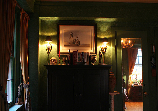 Some simple lighting, fancy books & a skull: you can totally pull this one off. photo Anoldent